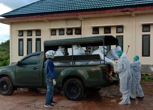 Petugas medis saat bersiap memakamkan jasad korban Selasa (2/6).