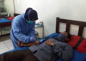 Petugas PMI Kobar saat mengambil darah warga yang mendonor Rabu (3/6).