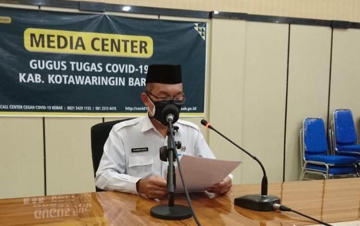 Jubir Gugus Tugas Achmad Rois yang juga sekaligus Kadinkes Kobar saat memberikan keterangan resmi Rabu (3/6) malam.