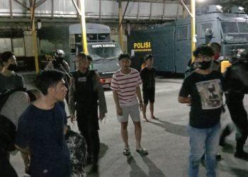 Para remaja yang terlibat tawuran saat diamankan di Mapolda Kalteng Rabu (3/6) malam.