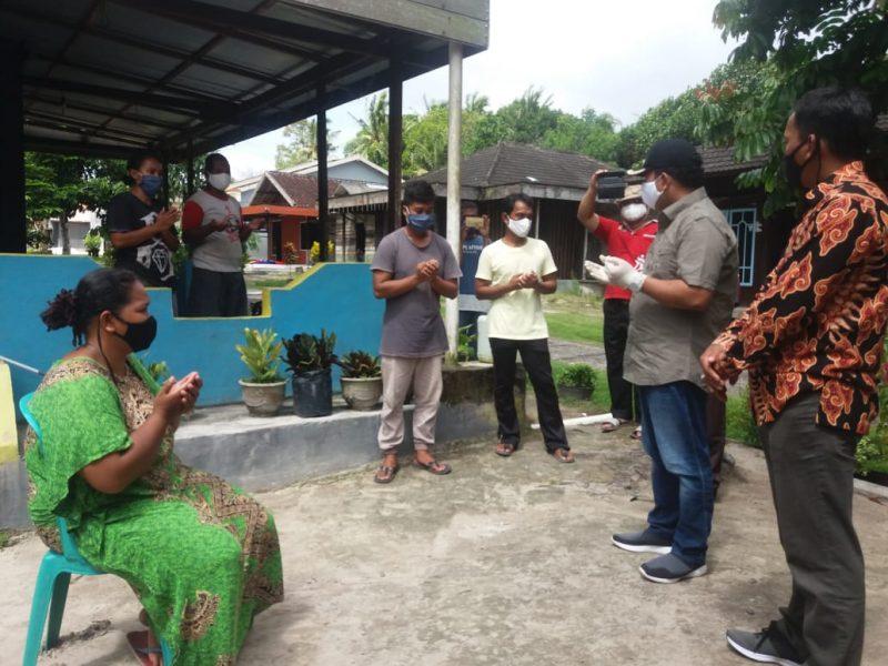 Wabup Ahmadi bersama petugas medis saat menjemput pasien di kediamannya di Desa Sei Kapitan Kecamatan Kumai, Kamis (4/6).