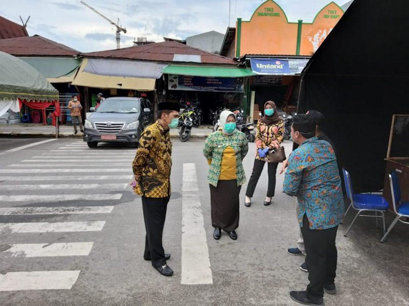 Bupati Kobar Hj Nurhidayah dan Wakil Ketua I DPRD Kobar Mulyadin saat meninjau lokasi rapid test di Kelurahan Baru Jumat (5/6).