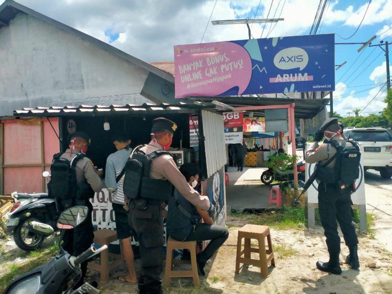 Petugas kepolisian saat mendatangi lokasi kejadian Minggu (7/6).