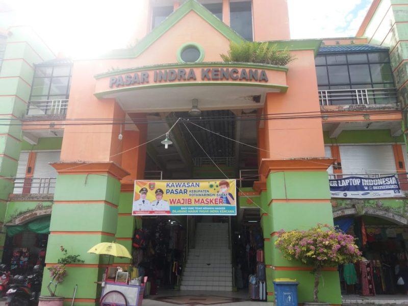 Spanduk berisi imbauan wajib menggunakan masker saat dipasang di Pasar Indra Kencana Pangkalan Bun, Senin (8/6).
