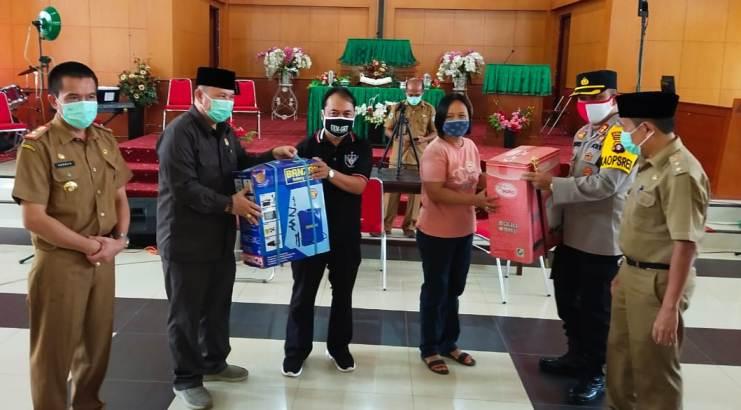 Ketua DPRD Mura Doni SP. M.Si saat menyerahkan bantuan Selasa (9/6).