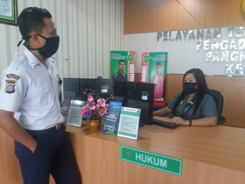 Petugas pelayanan di PN Pangkalan Bun saat stanbay melayani masyarakat Selasa (9/6).