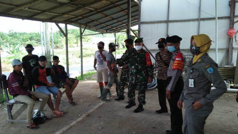 Petugas gabungan saat menggelar patroli dan memberikan imbauan kemasyarakat Selasa (9/6).