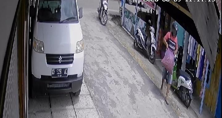 Aksi pelakub saat terekam CCTV ketika beraksi mengambil satu karung bawang merah di Pasar Kahayan Selasa (9/6).