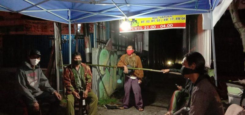 Warga Gang Tirta saat memperlihatkan portal jalan gang Selasa (9/6).
