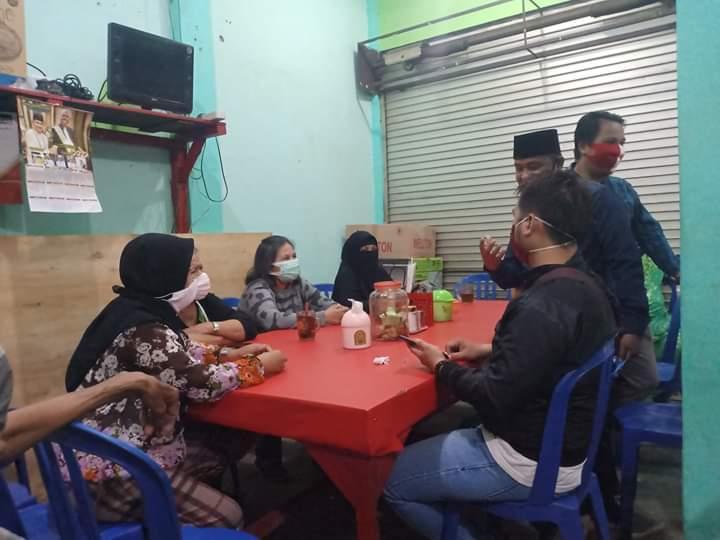 Sejumlah pedagang saat menggelar rapat dengan Ketua Pasar Besar Rabu (10/6).