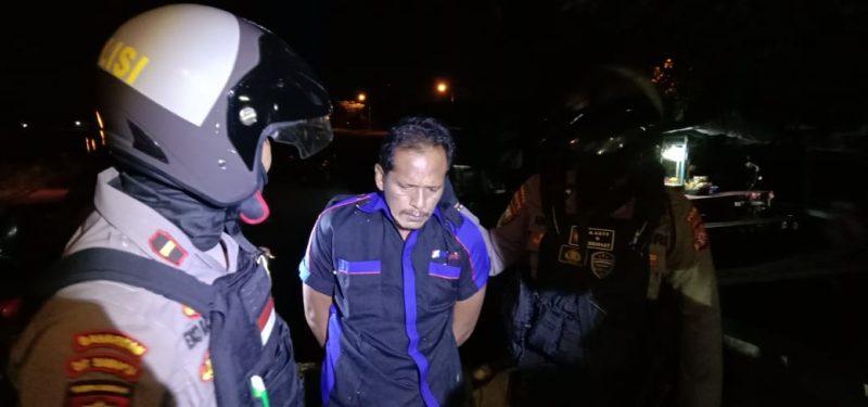 Tersangka saat diamankan anggota Ditsamapta Polda Kalteng Kamis (11/6).