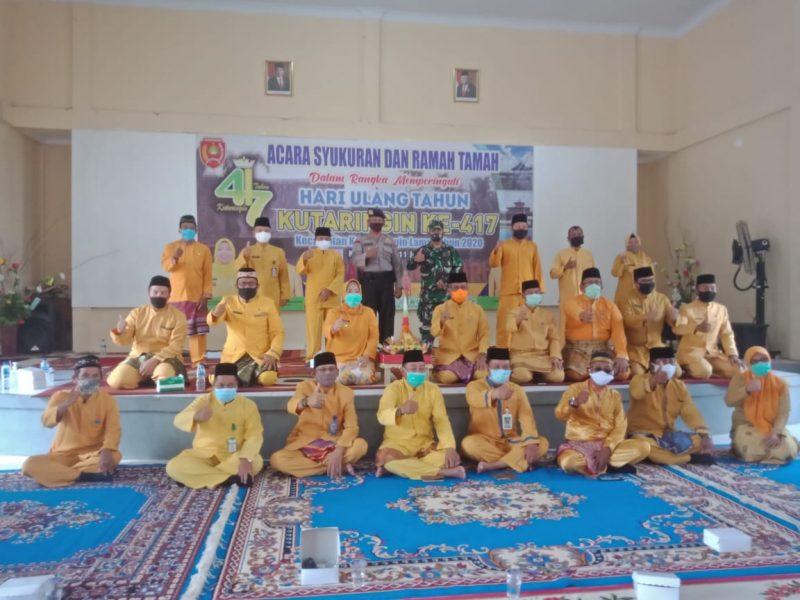 Wakil Ketua DPRD Kobar Bambang Suherman saat poto bersama Bupati Kobar Hj Nurhidayah dan unsur FKPD serta SOPD Pemkab Kobar, saat menghadiri peringatan Hari Jadi Kecamatan Kolam Kamis (11/6).