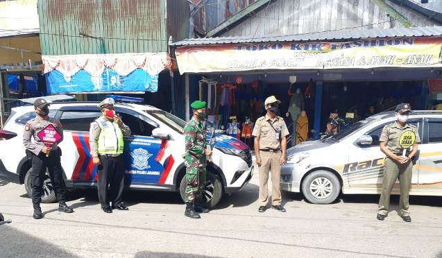 Petugas gabungan TNI-Polri di Lamandau saat mensosialisasikan pemberlakuan New Normal di Pasar Nanga Bulik, Kamis (11/6).