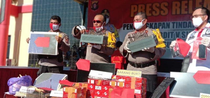 Kapolda Kalteng Irjen Pol Dedi Prasetyo saat memperlihatkan barbuk aksi kejahatan ITE memperjual belikan kartu perdana yang telah terdaftar Jumat (12/6).