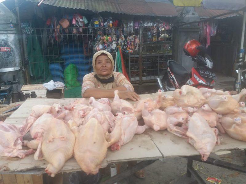 Pedagang ayam potong saat berjualan Minggu (14/6).