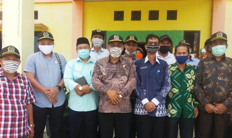 Ketua DPRD Kobar M Rusdi Gozali bersama anggota dewan saat poto bersama ketika menggelar reses di Kecamatan Arsel, Kamis (25/6).