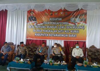 Kabid Humas Polda Kalteng Kombes Pol Henra Rochmawan saat menilai Desa Pangkalan Satu Jumat (26/66).