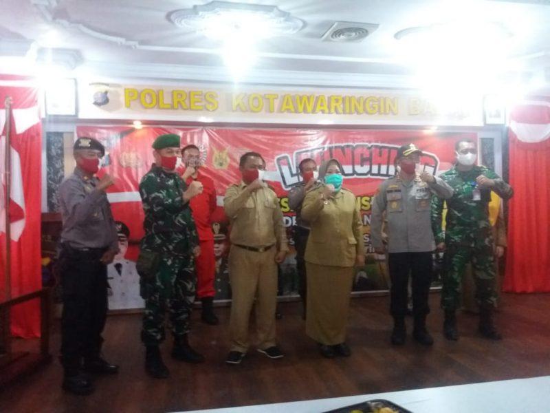 Kapolres Kobar AKBP E. Dharma B Ginting dan Bupati Kobar Hj Nurhidayah bersama unsur FKPD saat melaunching Desa Pangkalan Satu menjadi Desa Pantang Mundur Minggu (28/6) malam.