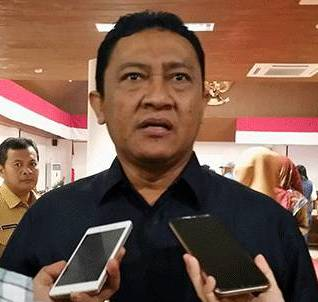 Bupati Pulang Pisau Edy Pratowo saat memberikan keterangan kepada awak media.