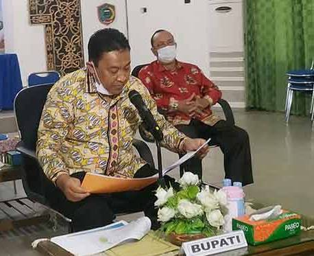 Bupati Pulang Pisau H Edy Pratowo saat mengikuti rapat koordinasi.