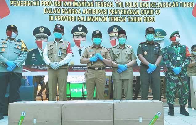 Gubernur Kalteng Sugianto Sabran saat poto bersama dengan unsur FKPD saat menyalurkan bantuan 15 ribu masker Selasa (2/6).