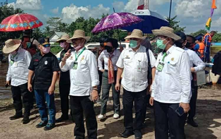 Mentan RI Syahrul Yasin Limpo dan Gubernur Kalteng Sugianto saat meninjau lahan kedua di Kabupaten Kapuas.