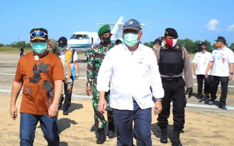 Menteri PUPR RI M Basoeki Hadimuljono saat tiba dibandara Tjilik Riwut disambut Gubernur Kalteng Sugianto Sabran Sabtu (12/6).