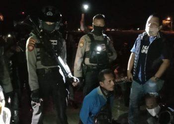 Anggota Rainmas dan Tim Satgas ll Pencegahan Covid-19 saat menggerebek lokasi perjudian di kawasan lapangan Temanggung Tilung, Senin (1/5/2020) malam. Foto : am
