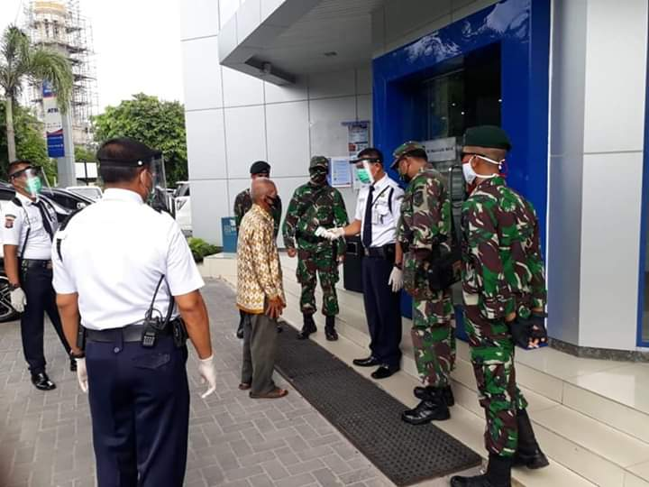 Menjelang penerapan New Normal di Palangka Raya, personil TNI memantau beberapa objek vital di Palangka Raya, Senin )8/6/2020). Foto : am