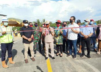 Bupati Sakariyas, potong pita, saar uji coba open traffic Jembatan Tumbang Samba. Foto : MI