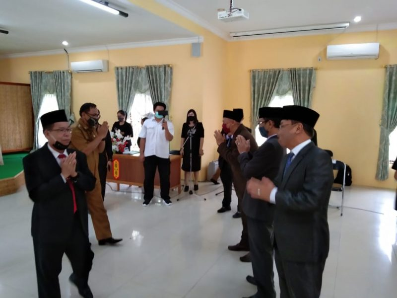 Bupati Sakariyas dan Wabup Sunardi NT. Litang, ucapkan selamat kepada pimpinan pejabat tinggi pratama yang baru dilantik dengan mengikuti protokol kesehatan. Foto : MI
