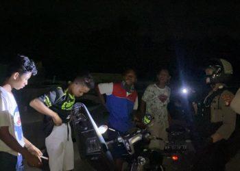 Sejumlah remaja diamankan polisi saat kedapatan sedang pesta lem fox di Palangka Raya, Jumat (4/7/2020) malam. Foto : Am