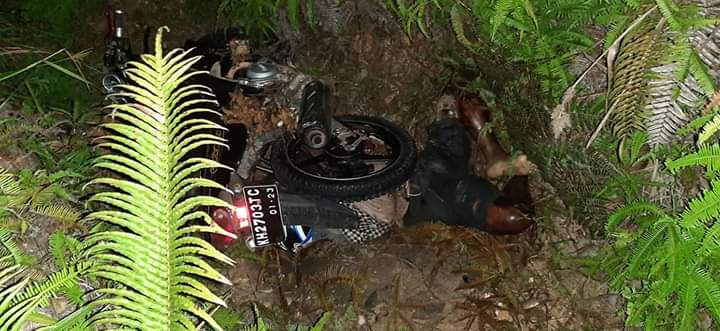 Warga Desa Tumbang Lampahung digegerkan dengan penemuan mayat dalam jurang dipinggir Jalan Lintas Kuala Kurun Kecamatan Lampahung Kabupaten Gunung Mas, Senin (13/7/2020) Malam. Foto : Am