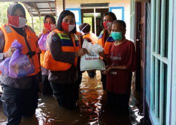 Polwan Polres Katingan melaksanakan kegiatan bakti sosial berupa pembagian sembako bagi para korban banjir di Kecamatan Pulau Malan Kabupaten Katingan, Rabu (15/07/2020) siang. Foto : MI