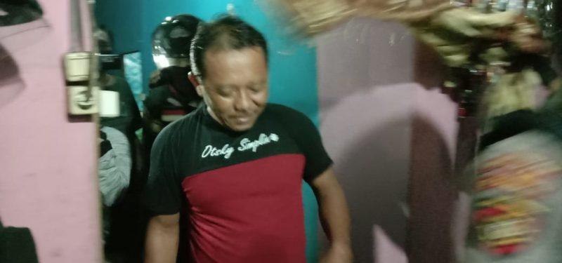 Seorang pria diamankan saat ketahuan sembunyi di kamar mandi saat razia warung remang-remang, Jumat (17/7/2020) dinihari. Foto : Am