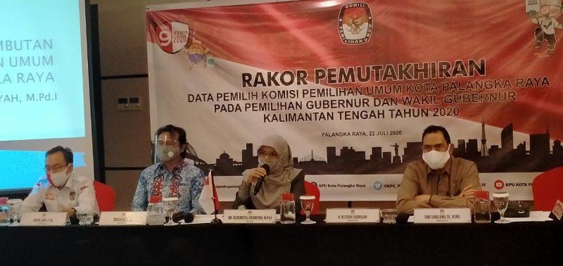 Ketua KPU Kota, Ngismatul Choiriyah pada saat membuka Rapat Koordinasi Pemutakhiran Data Pemilih, di Hotel Neo Palangka Raya, Rabu (22/7/2020). Foto : Ra