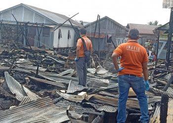 Tim Polresta Palangka Raya melakukan olah TKP kejadian kebakaran Flamboyan Bawah, Jumat (24/7/2020). Foto : Am