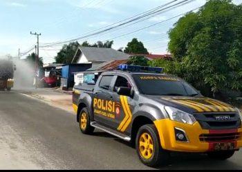 Jajaran Polres Katingan  melakukan penyemprotan cairan disinfektan ke sejumlah ruas jalan Desa Hampalit, Kecamatan Katingan Hilir, menggunakan mobil Armoured Water Cannon (AWC), Sabtu (25/7/2020) siang. Foto : MI