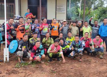Wabup Katingan Sunardi NT. Litang bersama sejumlah rider saat di Rumah Pandang Kaki Bukit Raya Kab. Katingan. Foto : MI