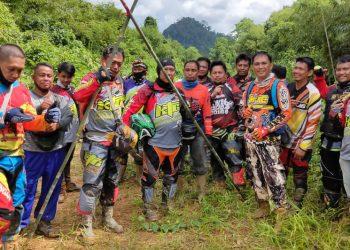 Wabup Sunardi NT. Litang, saat meninjau jalan poros utara Katingan, bersama rombongan club motor traill. Foto : MI