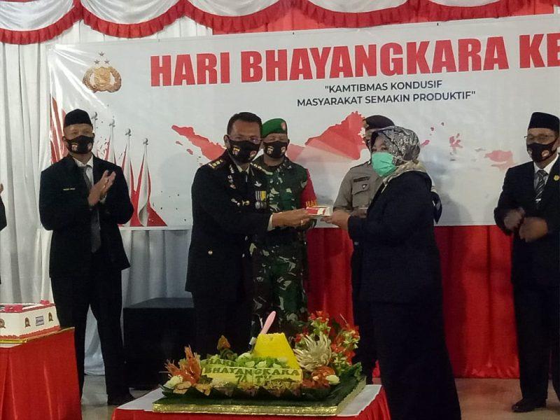 Kapolres Kobar AKBP E. Dharma B Ginting saat memberikan nasi tumpeng kepada Bupati Kobar Hj Nurhidayah saat syukuran HUT Bhayangkara ke 74 Rabu (1/7/2020).