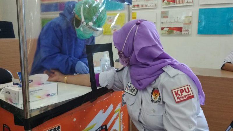 Ketua KPU Kota Palangka Raya Ngismatul Choiriyah pada saat dilakukan Rapid Test, Rabu (8/7).