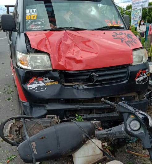 Mobil pikap saat menabrak sepeda motor di lokasi kejadian Jumat (10/7).