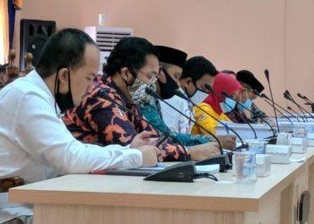 Anggota DPRD Kobar saat serius mengikuti RDP dengan Tim Gugus Tugas Jumat (17/7).