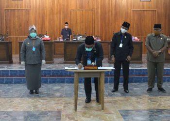 Ketua DPRD Kobar Rusdi Gozali saat menandatangani nota kesepakatan raperda agar dibahas.