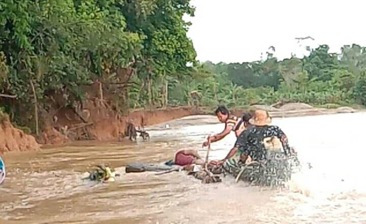 Warga saat mengevakuasi jasad korban yang mengapung di sungai, Minggu (19/7).