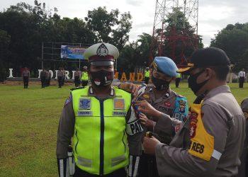 Kapolres Lamandau, AKBP Titis Bangun Handoyo Putro saat menyematkan tanda pita kepada anggota Satlantas Polres Lamandau, Kamis (23/7).
