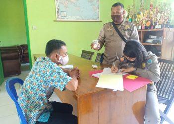 Anggota Satpol PP Lamandau saat memeriksa salah seorang pelanggar KTR Kamis (23/7).