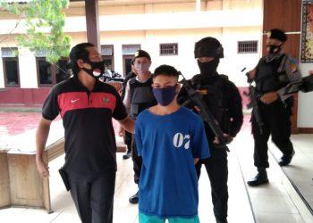 Tersangka saat diamankan di Mapolres Lamandau Kamis (23/7).