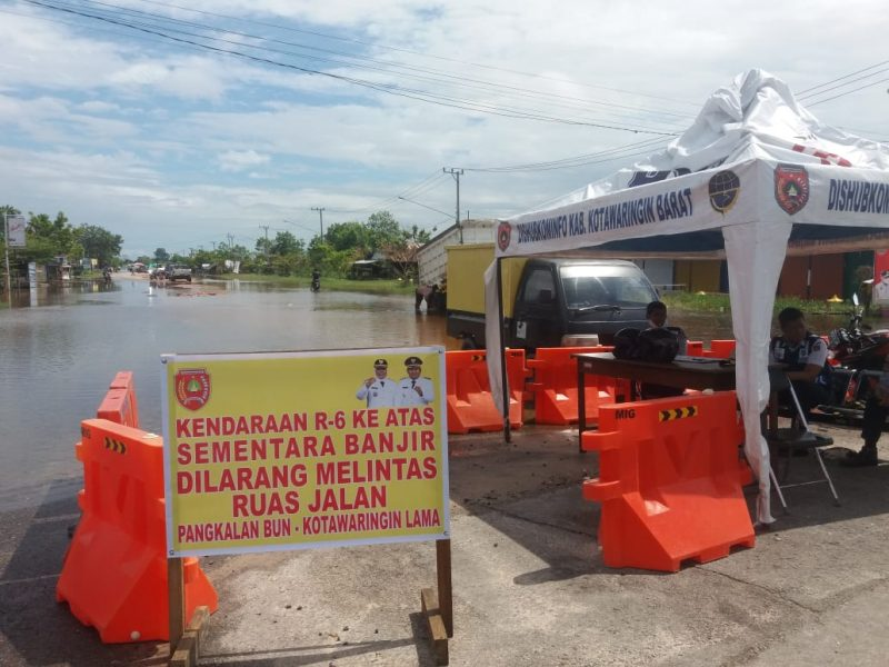 Papan plang larangan saat dipasang petugas Dishub Kobar di ruas Jalan Pangkalan Bun-Kolam, Jumat (24/7).